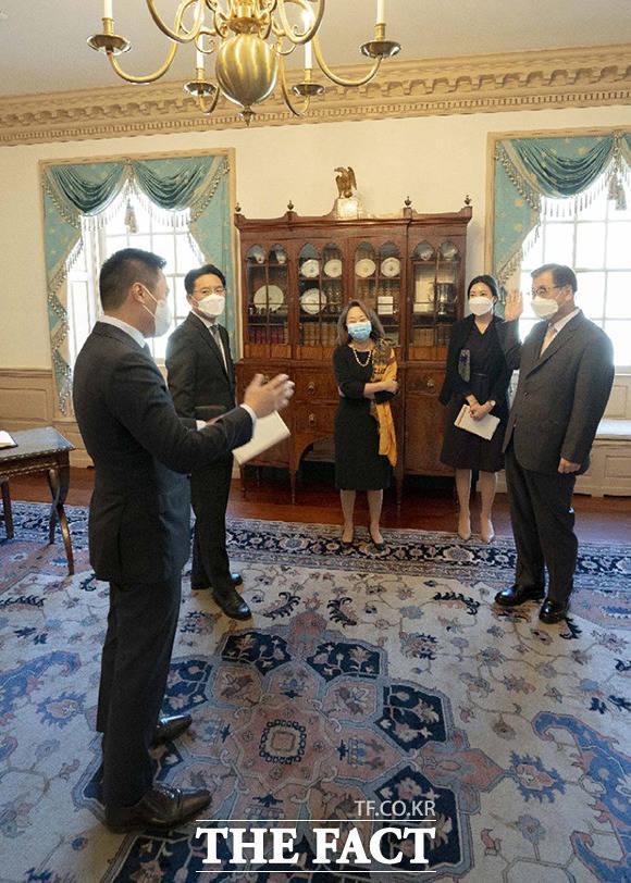 알렉스 웡 대북특별부대표(왼쪽)와 대화를 나누고 있는 서훈 청와대 국가안보실장(오른쪽). /청와대 제공