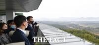 [TF사진관] 북한 일대 바라보는 외통위 의원들