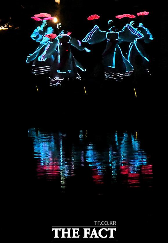 제6회 궁중문화축전이 17일 오후 서울 종로구 경복궁 경회루에서 열린 가운데 '경회루 판타지-궁중연화' 공연이 가을밤을 수놓고 있다. /이효균 기자