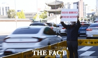 [TF포토] 거리두기 완화, '피켓 시위 나선 시민'