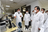 [TF사진관] 코로나19 치료제 개발현장 찾은 이낙연 대표