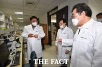 [TF포토] 이낙연 대표 안내하는 서정진 셀트리온 회장