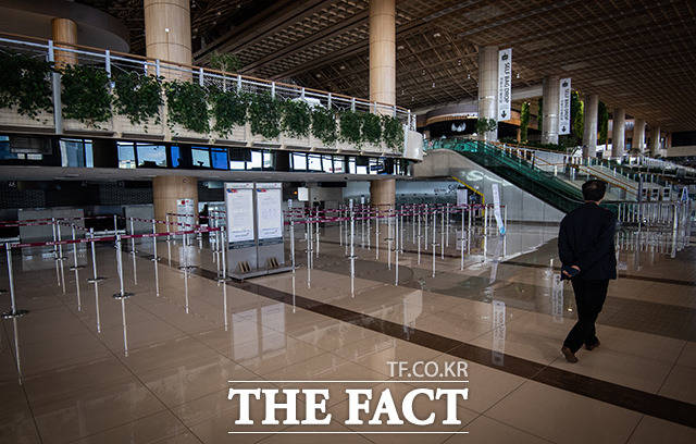 해외여행도 자제 권고와 항공기 운항까지 줄어들며 공항은 텅텅 비어 있다.