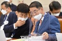 [TF사진관] 자료 살피는 최희남 한국투자공사 사장