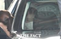 [TF포토] 차량에서 내리는 서민정