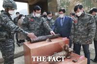 [TF포토] 방사포탄 바라보는 민홍철 국방위원장
