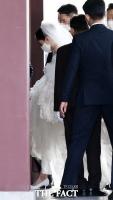 [TF포토] 결혼식장 들어서는 서경배 회장 장녀 민정 씨