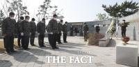 [TF사진관] 연평도 포격전 전사자 참배하는 국회 국방위