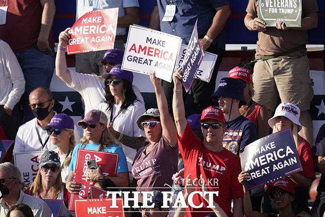 19일(현지시간) 미국 애리조나주 투손 국제공항에서 열린 도널드 트럼프 미국 대통령의 대선 집회에서 지지자들이 마스크를 쓰지 않는 모습을 보이고 있다. /투손=AP.뉴시스