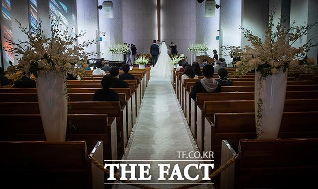 사회적 거리두기가 2단계 시행중에 열린 결혼식에는 최소 인원만 참석해 썰렁한 모습을 보이고 있다.