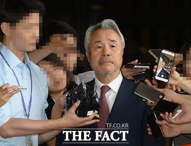 미스터피자는 정우현 전 회장의 갑질 논란으로 추락했다. 사진은 정 전 회장이 서울중앙지검에 피의자 신분으로 출석하던 당시 모습. /임세준 기자