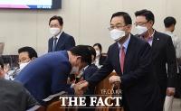 [TF사진관] 행안위 국감장 찾아 격려하는 주호영