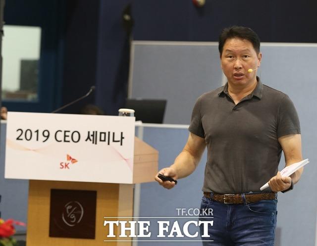 최태원 SK그룹 회장이 지난해 10월 제주 디아넥스호텔에서 열린 최고경영자(CEO) 세미나에서 발언하고 있다. /SK그룹 제공