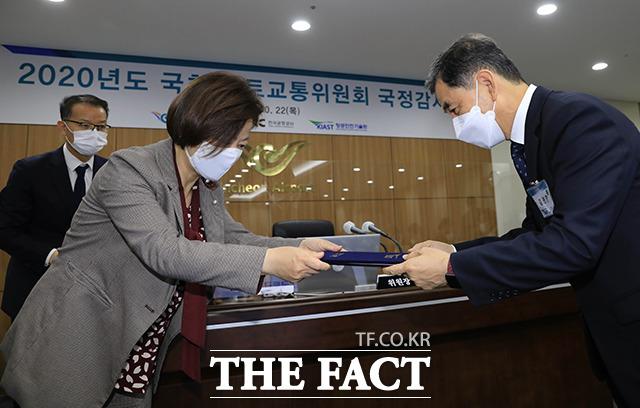 진선미 국토교통위 감사위원장(왼쪽)에게 선서문을 전달하는 김연명 항공안전기술원장.