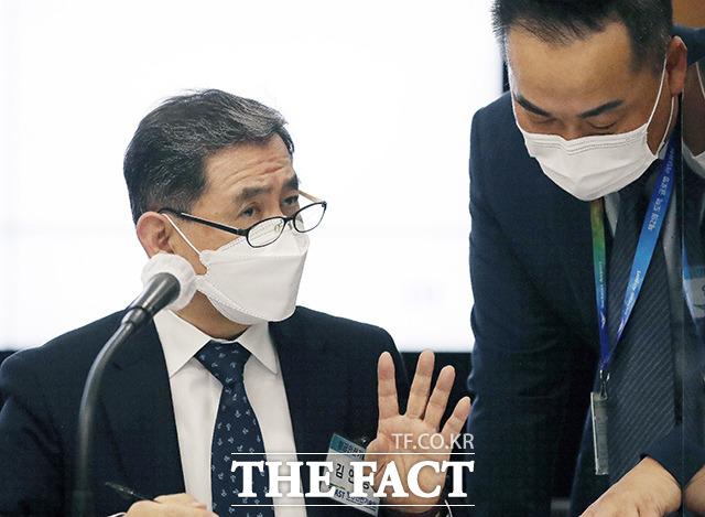 관계자와 대화 나누는 김연명 항공안전기술원장(왼쪽).
