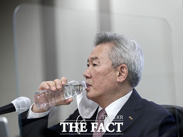 물마시는 손창완 한국공항공사 사장.