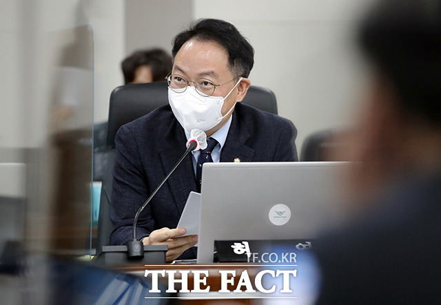 질의하는 허영 더불어민주당 의원.
