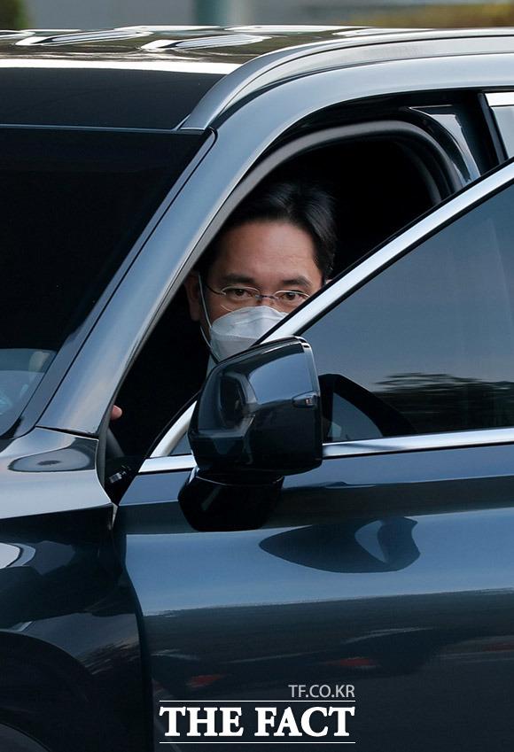 이재용 삼성전자 부회장은 25일 오후 4시 55분쯤 현대차의 대형 SUV 팰리세이드를 직접 운전해 부친의 빈소가 마련된 서울 강남구 일원동 삼성서울병원 장례식장에 도착했다. /이덕인 기자