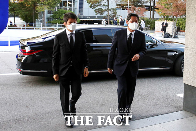 정몽규 HDC 회장(왼쪽)과 정몽윤 현대해상화재보험 회장이 고 이건희 삼성전자 회장의 빈소로 이동하고 있다. /이덕인 기자