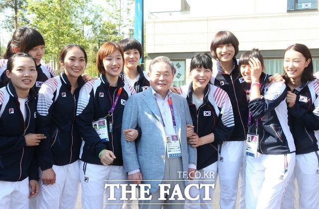 이건희 회장은 지난 2012년 런던올림픽 당시 선수단이 런던행 비행기에 오르기 직전까지 태릉선수촌을 방문해 종목별 선수들을 직접 만나 격려의 메시지를 전달했다.