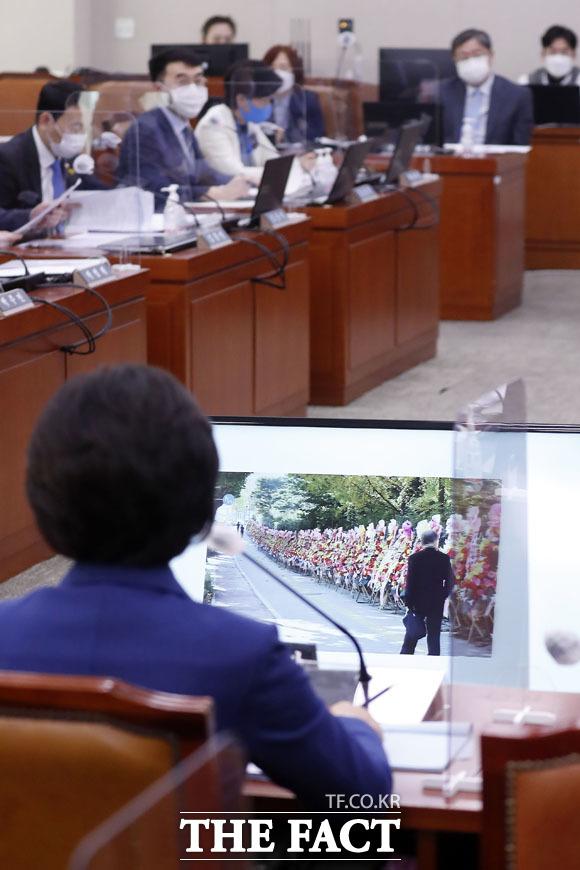 검찰청 앞에 놓인 화환 사진 바라보는 추미애 장관.