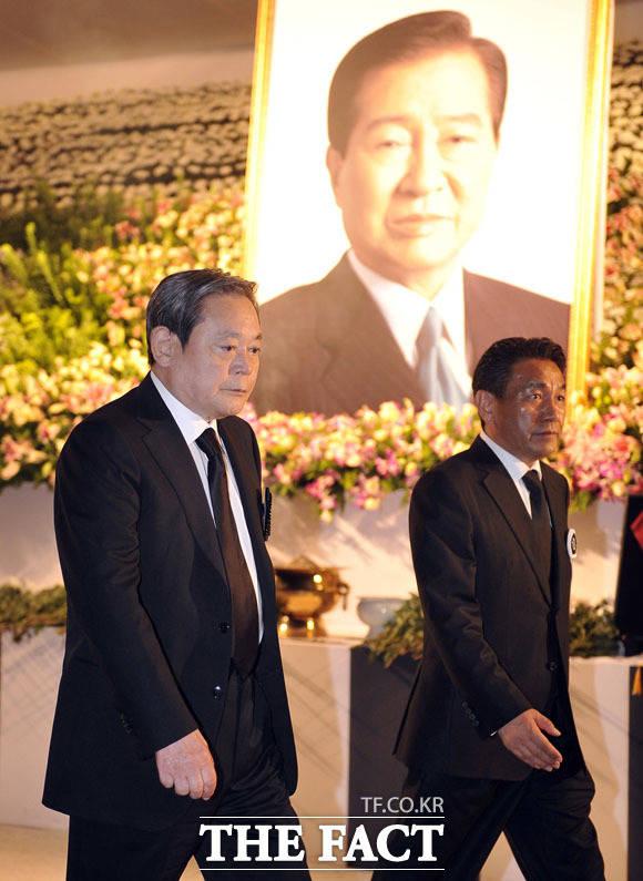 김대중 대통령 빈소 방문한 이건희 회장(왼쪽). /더팩트DB