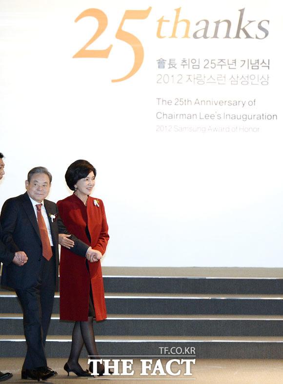 취임 25주년을 맞은 2012년 이건희 회장과 홍라희 여사가 기념식에 참석하고 있다. /더팩트DB
