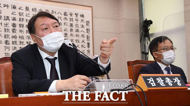 지난 22일 국정감사에 출석한 윤석열(왼쪽) 검찰총장과 조남관 대검찰청 차장검사.