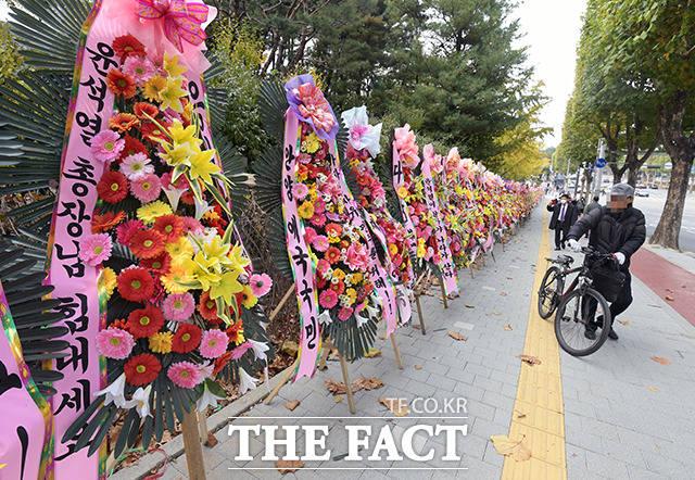 26일 오후 서울 서초구 대검찰청 정문 앞 도로에 윤석열 검찰총장을 응원하는 화환이 놓여있다. /이선화 기자
