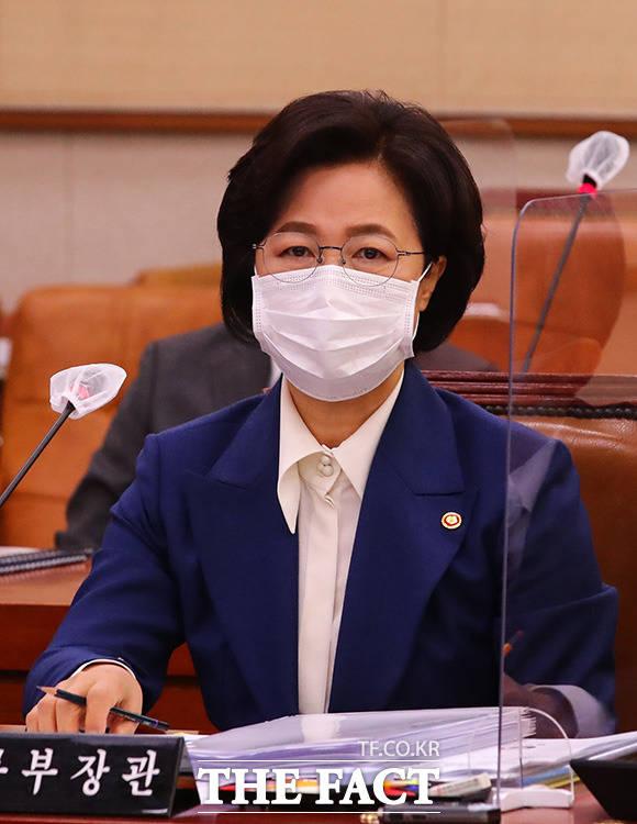 추미애 법무부 장관이 26일 오전 국회에서 열린 법제사법위원회 국정감사에 참석해 있다. /임영무 기자