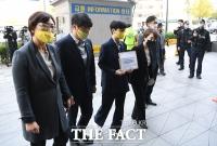 [TF포토] 항의서한 들고 일본대사관 들어서는 류호정 의원
