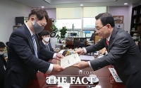 [TF사진관] '대통령에게 드리는 질문' 서신 전달하는 주호영