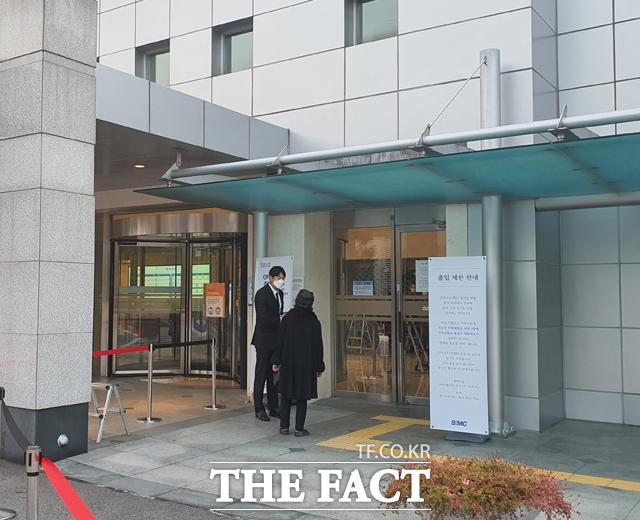 27일 오전 8시 사전 약속 없이 빈소를 찾은 조문객이 병원 관계자와 대화하고 있다. /이성락 기자