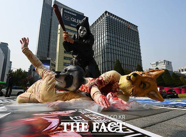 비건세상을위한모임 회원들이 27일 오후 서울 종로구 광화문광장에서 기자회견을 열고 모피와 다운을 반대하는 퍼포먼스를 펼치고 있다. /이동률 기자