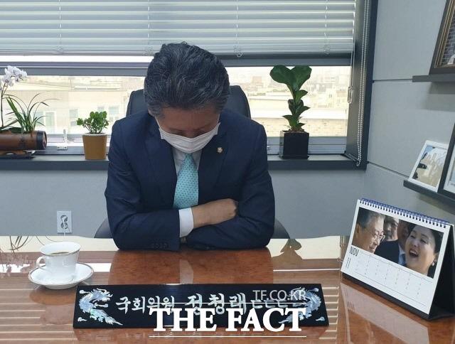 지난 27일 정청래 더불어민주당 의원은 고개를 숙인 사진을 게재하고 한푼 줍쇼라며 후원금 지원을 요청했다. /정 의원 페이스북 갈무리