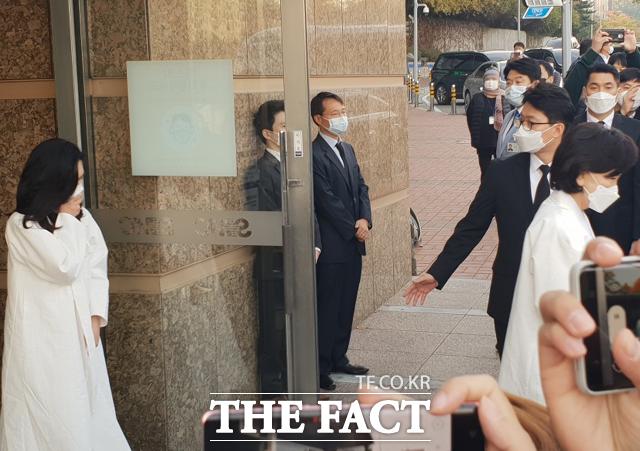 이부진 호텔신라 사장(왼쪽)과 홍라희 전 리움미술관장이 영결식 참석을 위해 이동하며 고개를 떨구고 있다. /이한림 기자