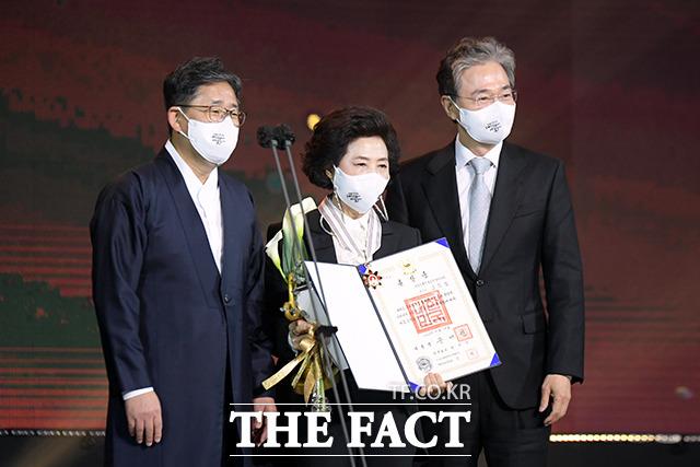 문화훈장 수훈 후 기념촬영하는 배우 고두심(가운데)