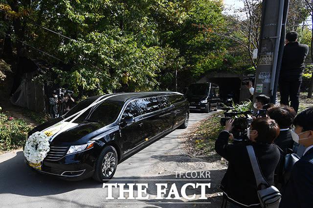 28일 오후 이건희 회장 시신을 안치한 운구차가 수원 가족 선영으로 이동하고 있다. /남용희 기자