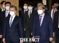 [TF사진관] 문재인 대통령 뒤따르는 탁현민
