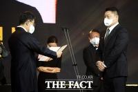[TF포토] 대통령 표창 수상하는 강호동
