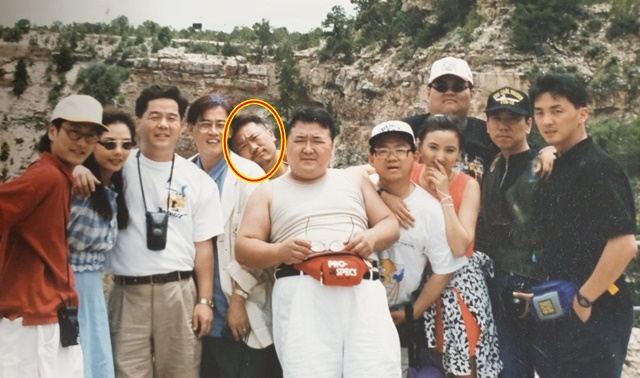 서인석(원안)은 선배개그맨 고 김형곤과 누구보다 가깝게 지낸 사이면서 갈등도 많았다고 한다. 90년 대 초 희극인 해외 야유회 당시 모습. 고 김형곤(가운데)과 심형래 이경규 엄용수 등이 함께 했다. /서인석 제공