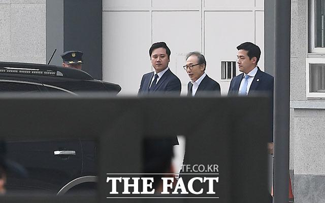 구속된 지 349일 만에 서울 송파구 문정동 동부구치소에서 나오는 이명박 전 대통령. /이동률 기자