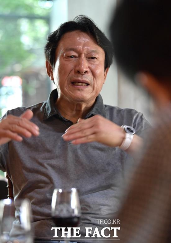 김응수는 연극무대에서 잔뼈가 굵은 정통파다. 색깔이 분명하고 뚜렷하다. 그를 지지하는 주된 팬층 또한 놀랍게도 2030의 젊은세대다. 지난 7월 더팩트 필자와 인터뷰 당시. /이덕인 기자