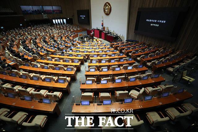 국민의힘 의원들은 이날 표결 참석을 자율에 맡겼다. 사진은 텅 빈 국민의힘 소속 의원들의 의석. /국회=이새롬 기자
