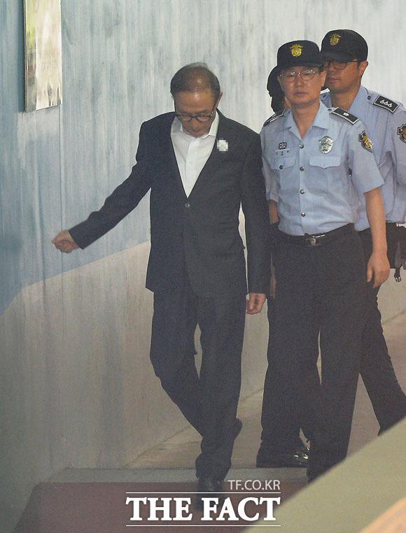 구속 상태서 재판을 받은 이명박 전 대통령의 모습. /이동률 기자