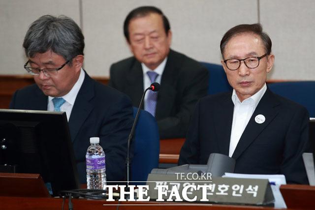 재판정에 착석한 이명박 전 대통령. /사진공동취재단