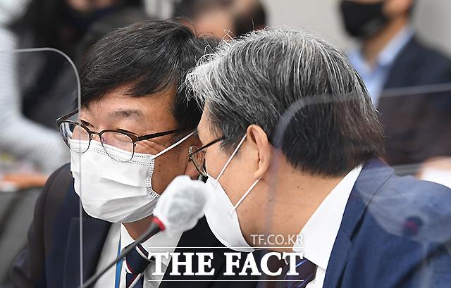 대화 나누는 김상조 청와대 정책실장(왼쪽)과 노영민 대통령 비서실장