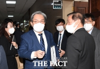 [TF사진관] 미뤄진 운영위, 국감장 나서는 노영민 대통령비서실장