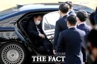 [TF포토] 차량에서 내리는 윤석열 검찰총장