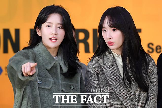 걸그룹 우주소녀 엑시(왼쪽)와 설아도 패션쇼에 참석.